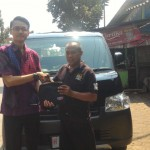 foto-penyerahan-unit-3-sales-marketing-mobil-dealer-daihatsu-demak-miftakhul-munir