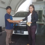 Foto Penyerahan Unit 4 Sales Marketing Mobil Toyota Erna