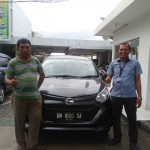 Foto Penyerahan Unit 1 Sales Marketing Mobil Daihatsu Medi