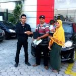 Foto Penyerahan Unit 1 Sales Marketing Mobil Datsun Pekanbaru Karim
