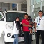 Foto Penyerahan Unit 1 Sales Marketing Mobil Dealer Daihatsu Padang Yopi