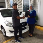 Foto Penyerahan Unit 1 Sales Marketing Mobil Dealer Datsun Aceh Nita