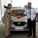 Foto Penyerahan Unit 1 Sales Marketing Mobil Dealer Datsun Farid