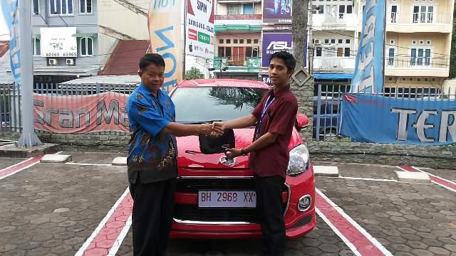 Foto Penyerahan Unit 2 Sales Marketing Mobil Dealer Daihatsu Jambi Firman