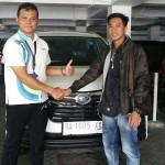 Foto Penyerahan Unit 2 Sales Marketing Mobil Dealer Daihatsu Padang Yopi