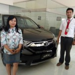 Foto Penyerahan Unit 2 Sales Marketing Mobil Dealer Honda Arif