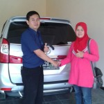 foto-penyerahan-unit-2-sales-marketing-mobil-dealer-toyota-sumedang-atep-sucita
