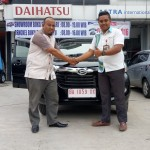 Foto Penyerahan Unit 3 Sales Marketing Mobil Dealer Daihatsu Bukittinggi Yosfan