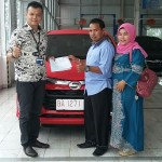 Foto Penyerahan Unit 3 Sales Marketing Mobil Dealer Daihatsu Padang Yopi