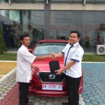 Foto Penyerahan Unit 4 Sales Marketing Mobil Dealer Datsun Andri