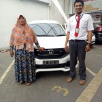 Foto Penyerahan Unit 5 Sales Marketing Mobil Dealer Honda Arif