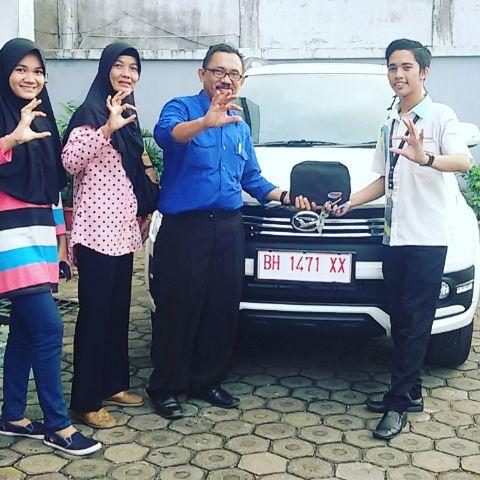 Foto Penyerahan Unit 6 Sales Marketing Mobil Dealer Daihatsu Jambi Firman