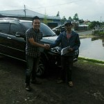 foto-penyerahan-unit-7-sales-marketing-mobil-dealer-toyota-garut-riki-wildani