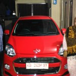 Foto Penyerahan Unit 1 Sales Marketing Mobil Dealer Daihatsu Bansir