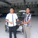 Foto Penyerahan Unit 1 Sales Marketing Mobil Dealer Daihatsu Surabaya Fajar Dian