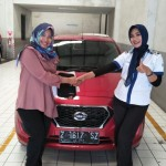 Foto Penyerahan Unit 1 Sales Marketing Mobil Dealer Datsun Tasikmalaya Vera