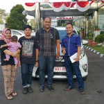 Foto Penyerahan Unit 1 Sales Marketing Mobil Dealer Toyota Ketapang Harun