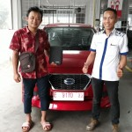 Foto Penyerahan Unit 2 Sales Marketing Mobil Dealer Datsun Budi