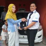Foto Penyerahan Unit 2 Sales Marketing Mobil Dealer Datsun Purwakarta Yosi