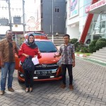 Foto Penyerahan Unit 3 Sales Marketing Mobil Daihatsu Wahyudi
