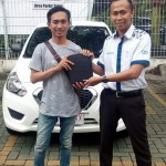 Foto Penyerahan Unit 3 Sales Marketing Mobil Dealer Datsun Probolinggo Andra