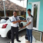 Foto Penyerahan Unit 4 Sales Marketing Mobil Dealer Datsun Purwakarta Yosi