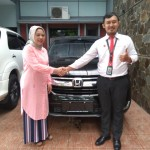 Foto Penyerahan Unit 1 Sales Marketing Mobil Dealer Honda Hafiz