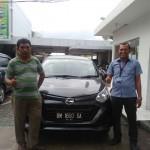 Foto Penyerahan Unit 1 Sales Marketing Mobil Daihatsu Medi