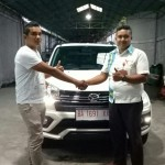 Foto Penyerahan Unit 1 Sales Marketing Mobil Dealer Daihatsu Bukittinggi Yosfan