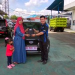 Foto Penyerahan Unit 1 Sales Marketing Mobil Dealer Datsun Pontianak Hendro