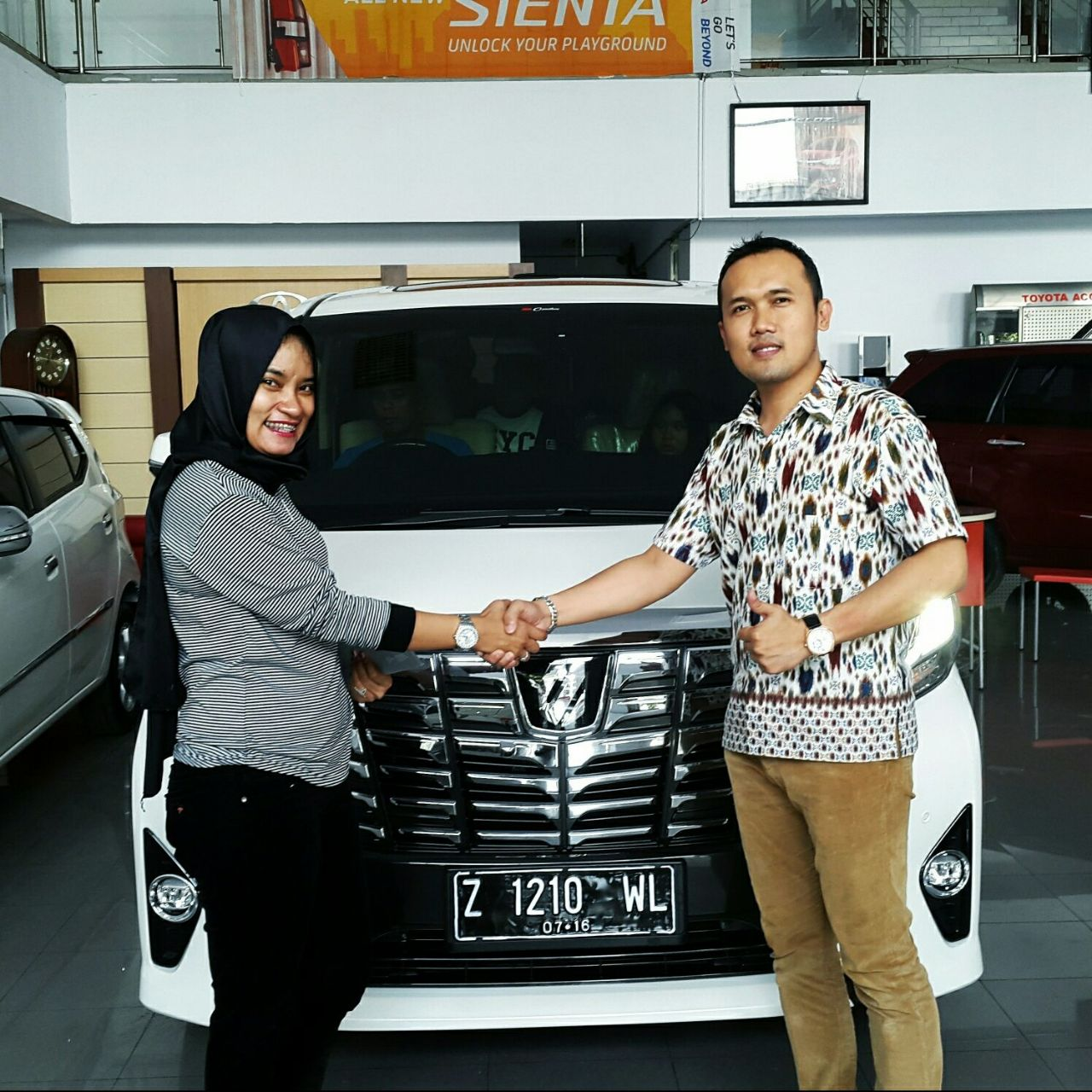 Foto Penyerahan Unit 1 Sales Marketing Mobil Dealer Toyota Tasikmalaya Kenny