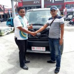 Foto Penyerahan Unit 2 Sales Marketing Mobil Dealer Daihatsu Bukittinggi Yosfan