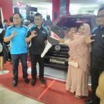 Foto Penyerahan Unit 3 Sales Marketing Mobil Daihatsu Medi