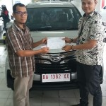 Foto Penyerahan Unit 4 Sales Marketing Mobil Dealer Daihatsu Padang Yopi