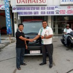 Foto Penyerahan Unit 6 Sales Marketing Mobil Dealer Daihatsu Bukittinggi Yosfan