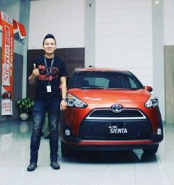 sales-marketing-mobil-dealer-toyota-garut-riki