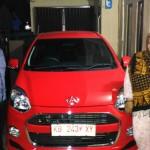 Foto Penyerahan Unit 1 Sales Marketing Mobil Dealer Daihatsu Bansir
