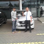 Foto Penyerahan Unit 3 Sales Marketing Mobil Dealer Datsun Agi